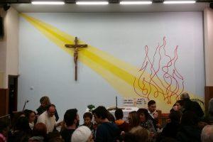 Genitori e bambini meditano il Vangelo